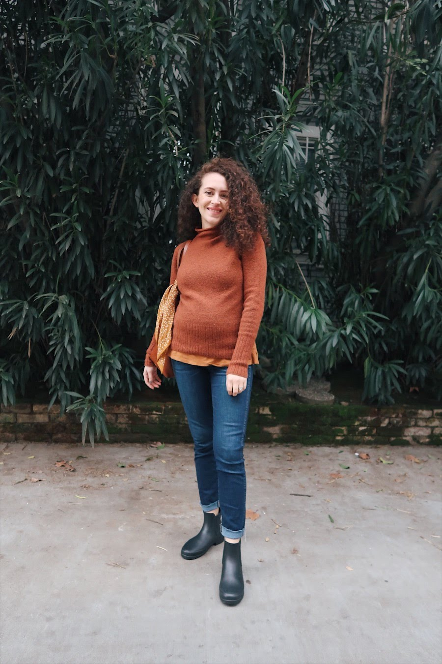 winter 10x10 challenge while pregnant, day 1: rust orange sweater, dark wash jeans, and chelsea rain boots