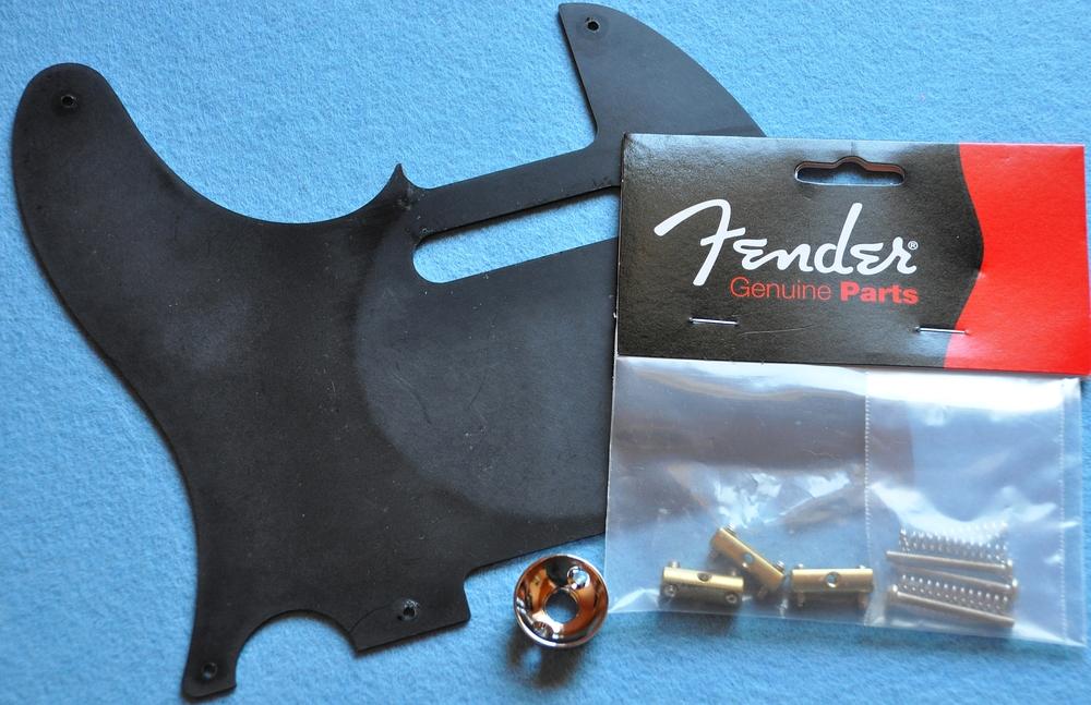 Ersatzteile für die Squier CV Tele: Fender Compensated Saddles, Fender Bakelit-Pickguard und Göldo Electro-Socket.