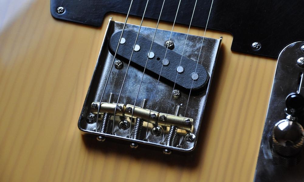 Die kompensierten Fender Messing-Saddles passen perfekt auf die Bridge-Plate der Squier. Sie intonieren und klingen sogar besser als die ursprünglichen Saddles.