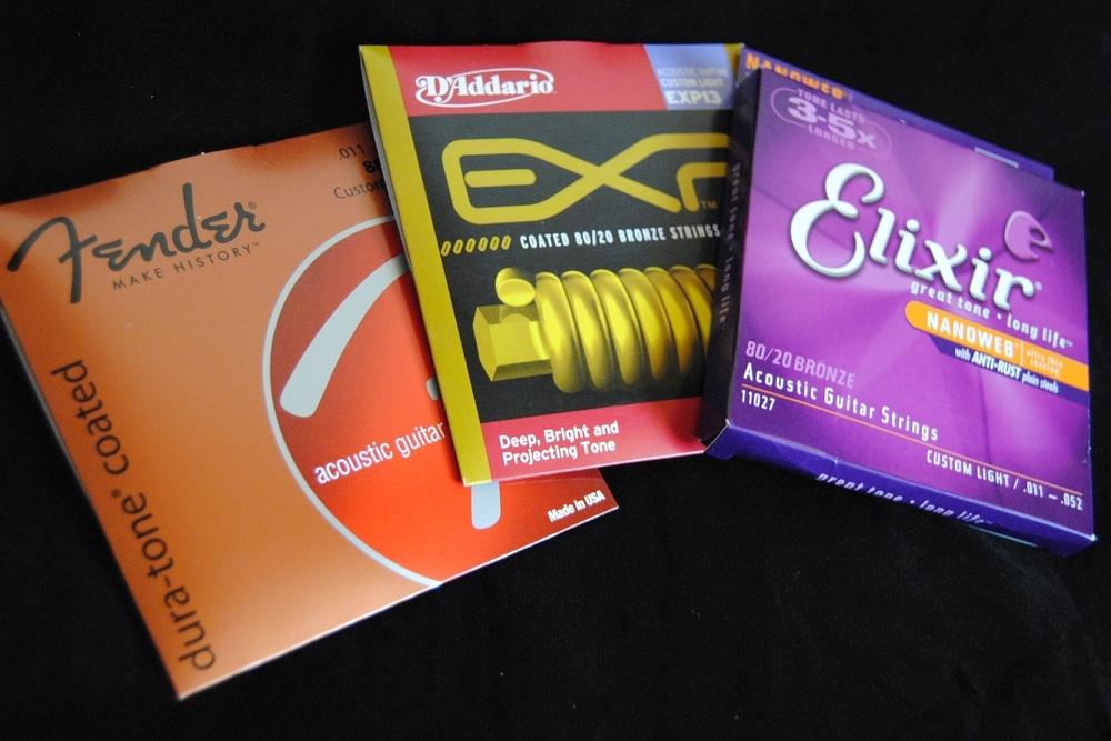 Verschiedene beschichtete Saitensätze für Westerngitarre: Fender Dura-Tone, D'Addario EXP und Elixir Nanoweb