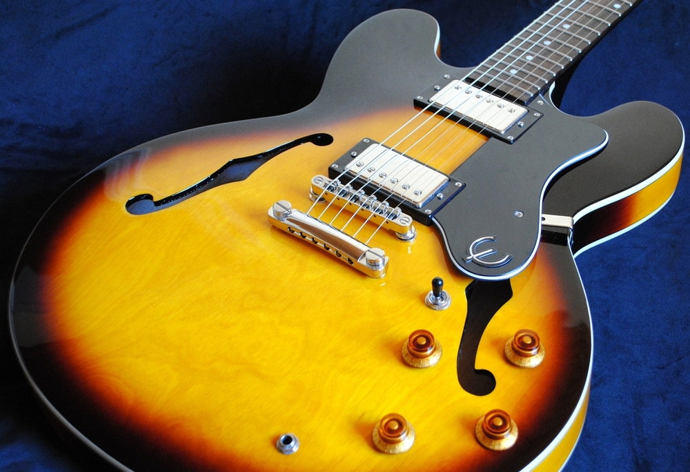 Epiphone The Dot im Test