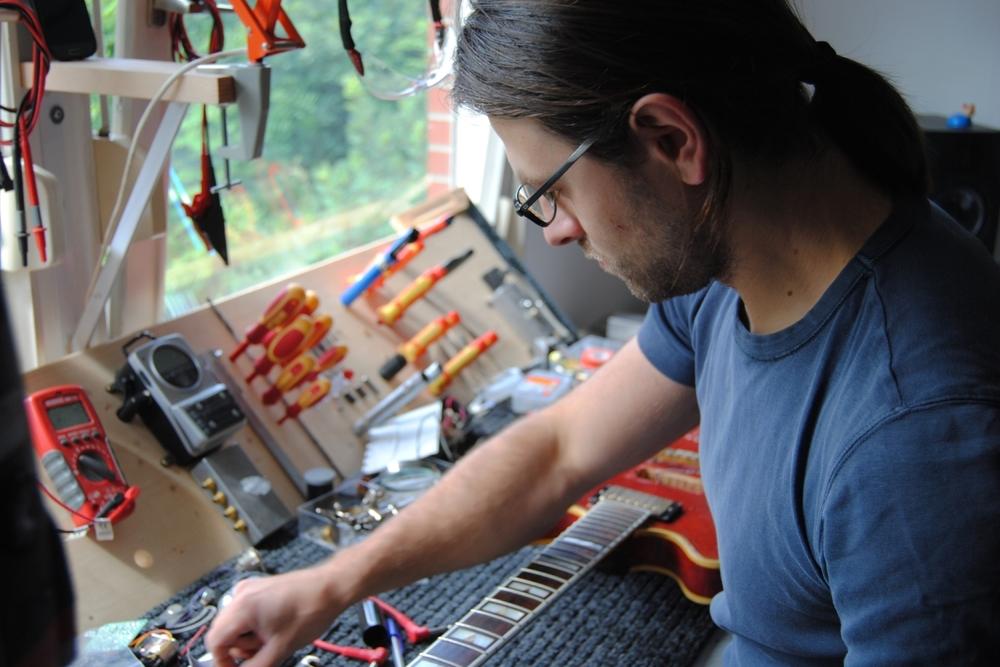 Dave Sustain bei der Arbeit in seiner Werkstatt (Sound Ranger) in Münster