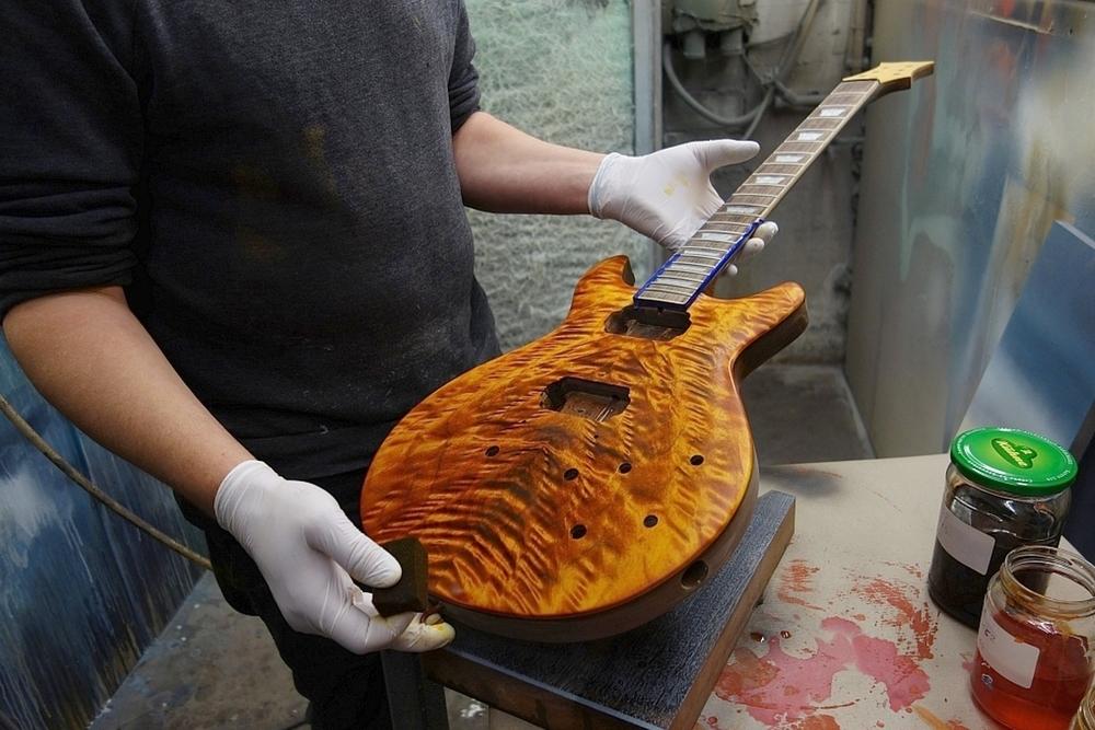 Matthias Meyer arbeitet an einer neuen Bassart Gitarre