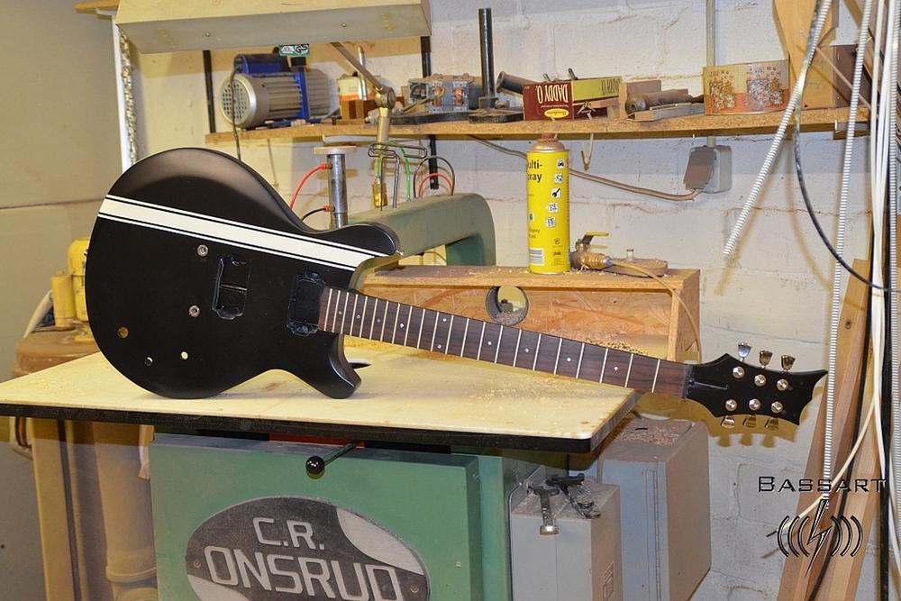 Bassart Gitarre während der Fertigung