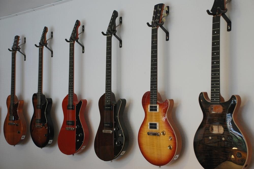 Helliver Gitarren im Showroom