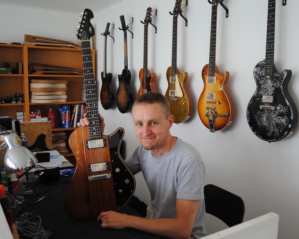 Oliver Baron (Gitarrenbauer) mit seiner Helliver Firebug