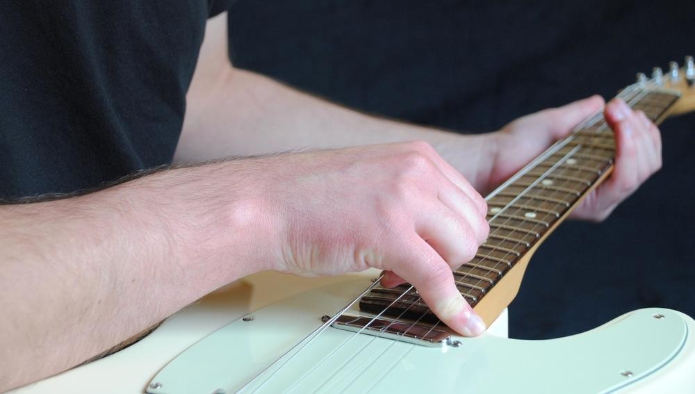 Entscheidend für die Stimmstabilität einer Gitarre: das Saiten-Dehnen