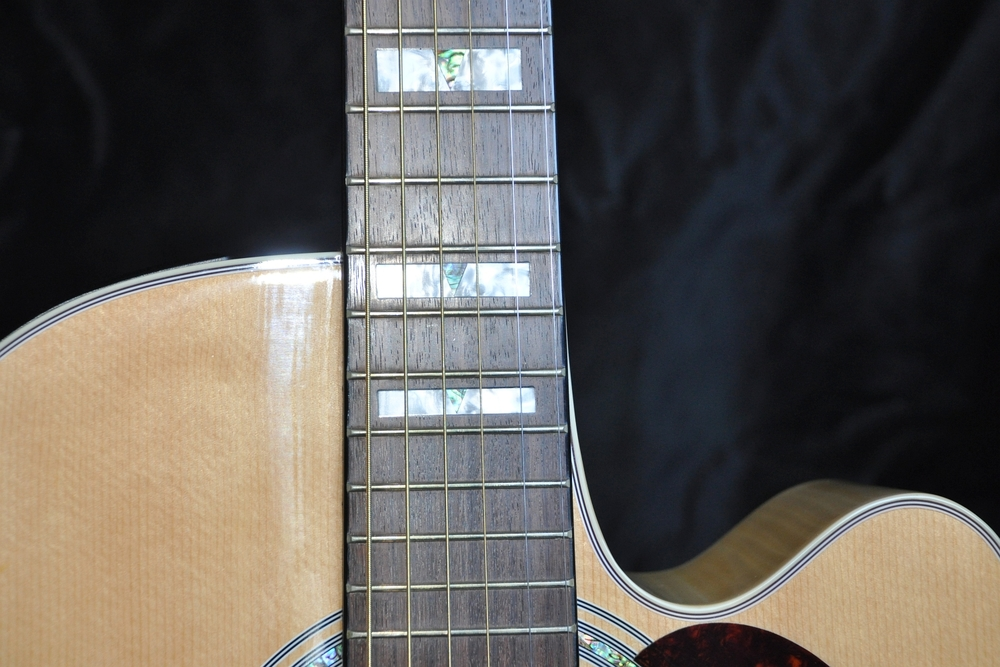 """Diese Gitarre ist bei der Prüfung der Saitenabstände knapp durchgefallen. Die hohe E-Saite liegt zu nah und die tiefe E-Saite zu weit entfernt vom Griffbrettrand. Für viele Gitarristen, die z.B. hauptsächlich offene Akkorde spielen, dürfte das kein Problem sein, aber für diejenigen, die ab und zu gerne ein Solo spielen, besteht auf der E1-Saite ab dem 12. Bund """"Rutschgefahr""""."""