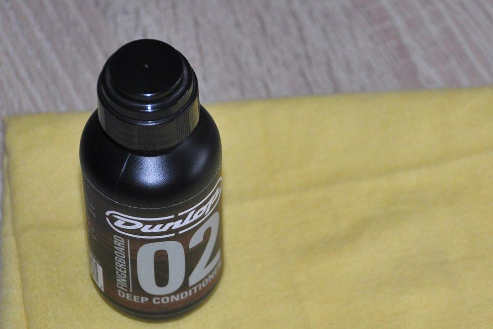 Dunlop 02 Deep Conditioner  eignet sich bestens für das Ölen von Palisander- und Ebenholz-Griffbrettern.