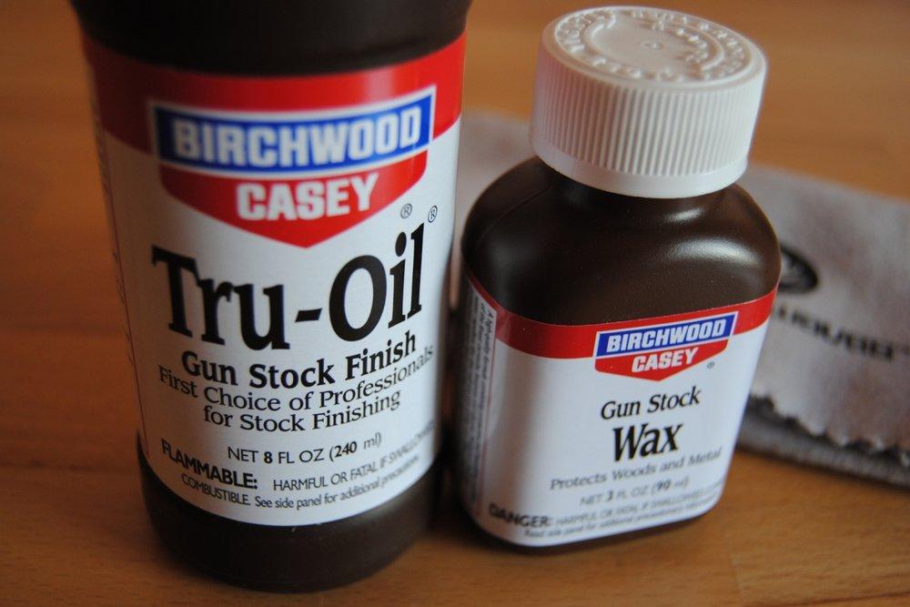 Bestens geeignet für die Behandlung unlackierter Ahorn-Griffbretter: Tru-Oil und Gun Stock Wax von Birchwood Casey