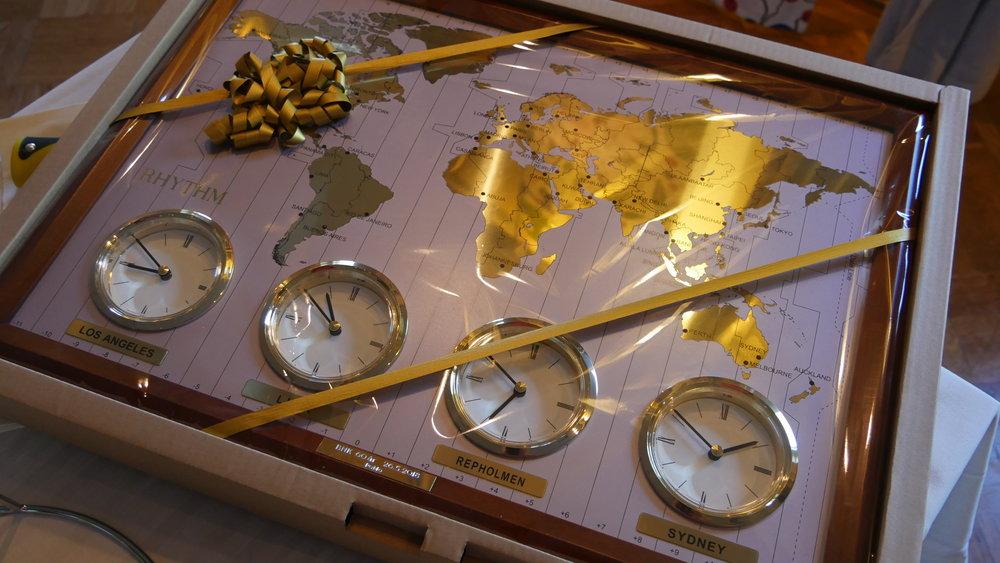 Tavla med olika världstider som också visar Repholmens tid. Present av Porvoon Moottorikerho - Borgå Motorklubb r.y.