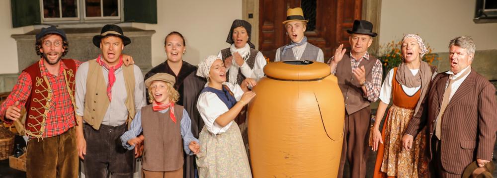 """Die Theatergruppe der Societed dramatica da Samedan mit Pirandello's """"Der Krug"""" anlässlich der Eröffnung der Dis da cultura da Samedan 2016"""