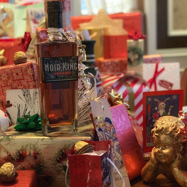 No need to shake this gift because all we wanted for #Christmas is #NoirKingCognac! 🎁🥃👑🎄