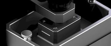 НАКЛАНЯЕМАЯ ПЛАТФОРМА Резиновый резервуар имеет функцию совершениянаклона, что означает, что после созданияодного слоя платформа не поднимается вертикально со дна резервуара. Вместо этого платформа наклоняется - это имеет три основных преимущества: размешиваниесмолы для улучшения качества печати, легкое разделение областей большого слоя и значительно более быстрая печать.