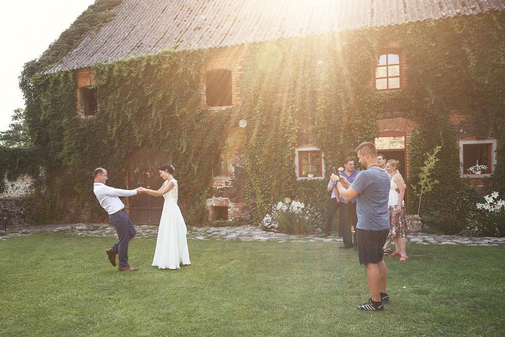 svatebni-tradice-zvyky-a-povery-novomanzelsky-tanec.jpg