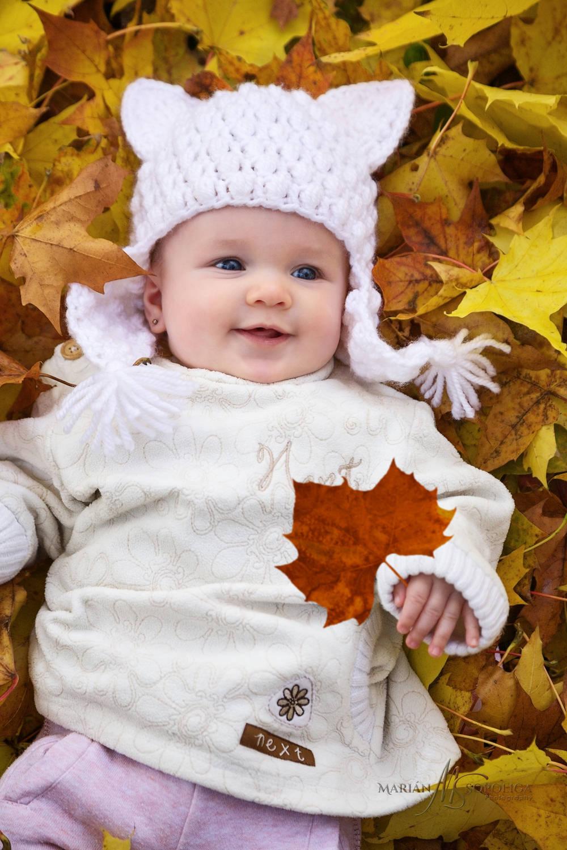 Podzimní portrét holčičky v zabarveném listí ve Smetanových sadech v Olomouci.
