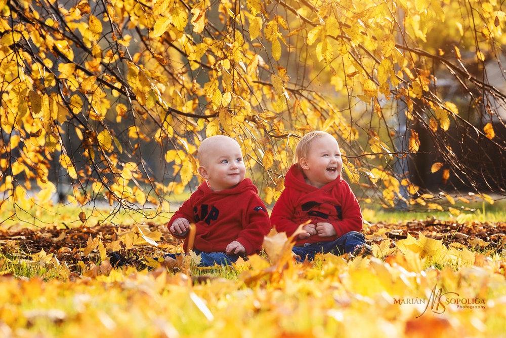 Podzimní portrét sourozenců v zabarveném listí na Petříně v Praze.