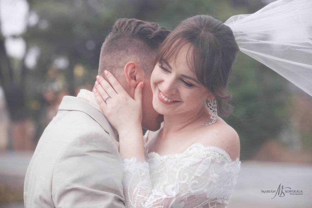 romanticky-svatebni-portret-novonamzelu-v-objeti-na-svatebe-v-ol