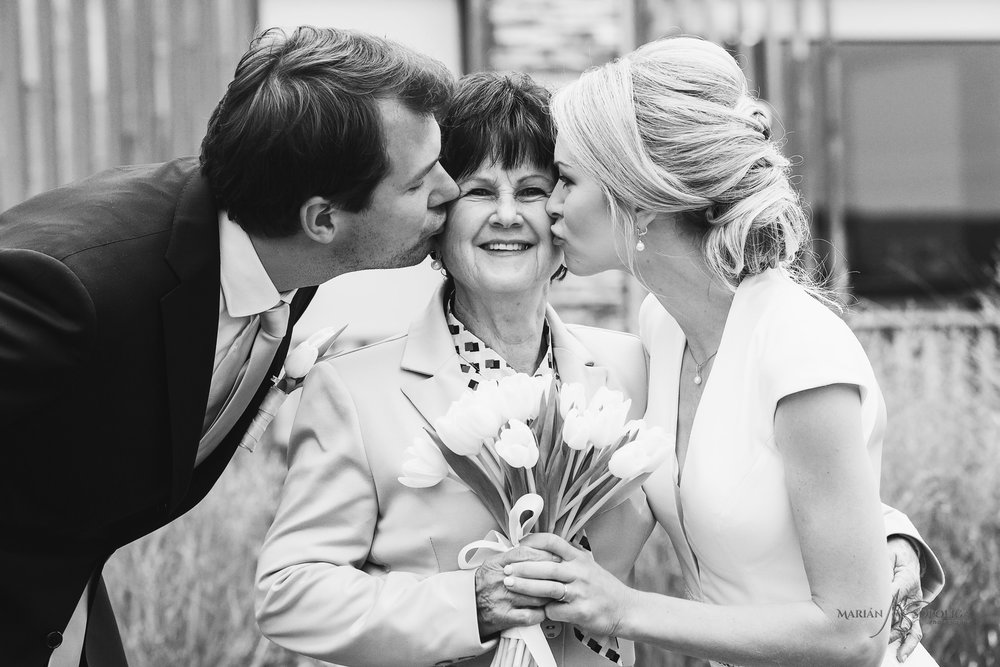 svatebni-fotka-novomanzelu-s-babickou-ze-svatby-v-hotelu-hnanice