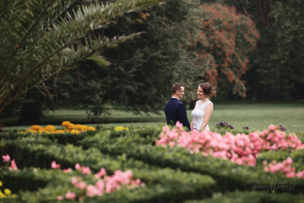 svatebni-foto-novomanzelu-mezi-kvetinovymi-zahony-v-podzamecke-z