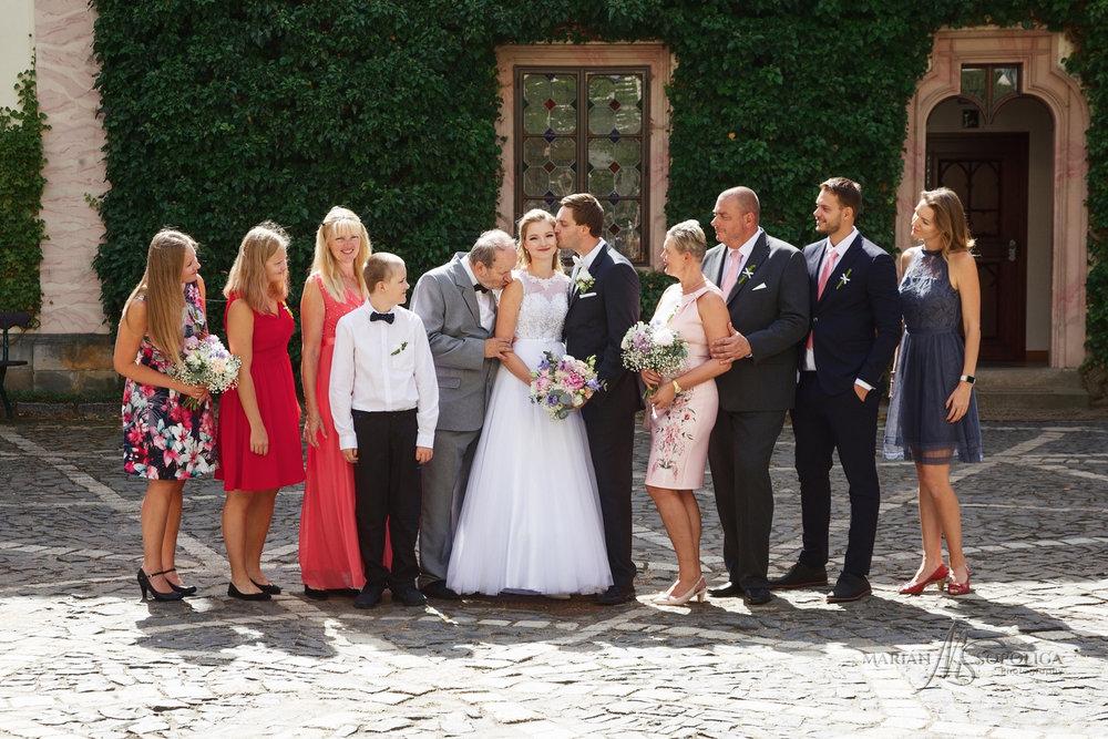 rodinny-svatebni-portret-na-nadvori-zamku-sychrov.jpg