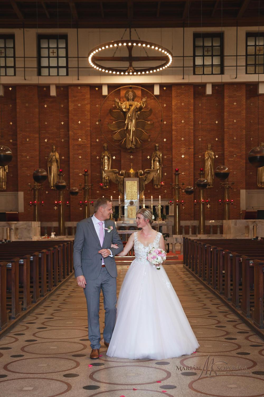 svatebni-foto-novomanzelu-v-kostele-nejsvetejsiho-srdce-pane-v-p