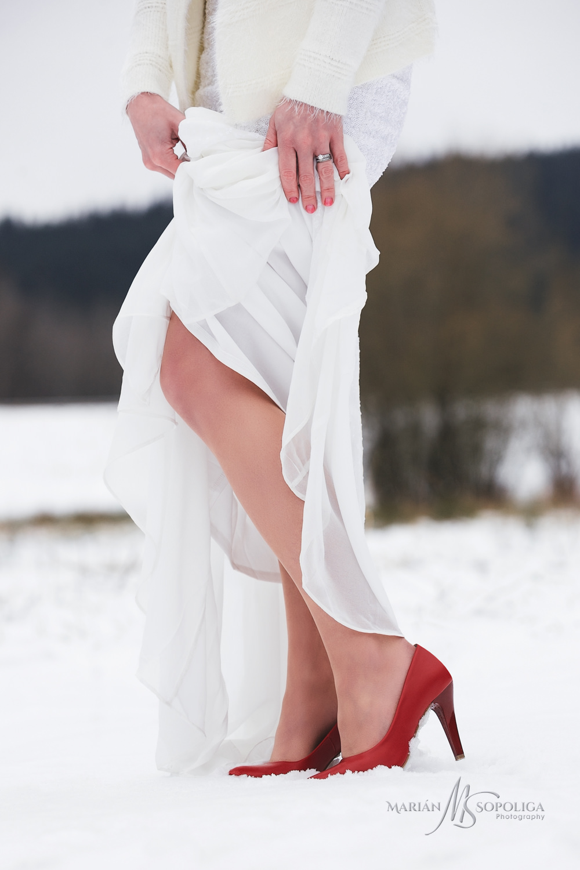 03svatebni-fotografie-nevesty-detail-cervenych-bot-zabreh-na-mor