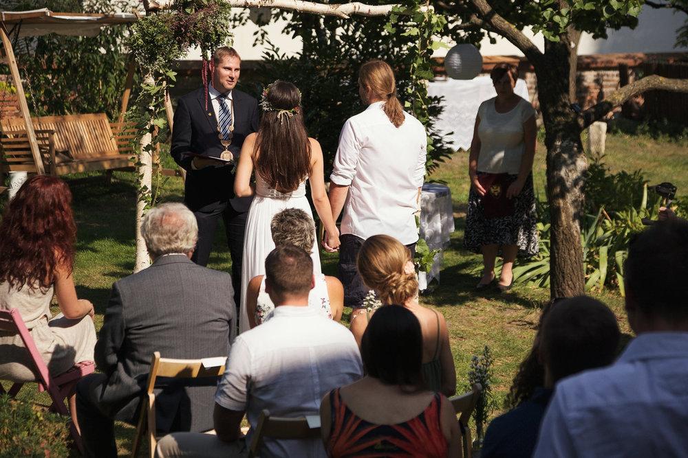 svatebni-fotky-ze-svatby-ve-dvorku-pod-petrovem-v-brne008.jpg