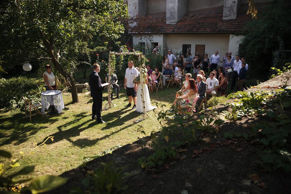 svatebni-fotky-ze-svatby-ve-dvorku-pod-petrovem-v-brne007.jpg