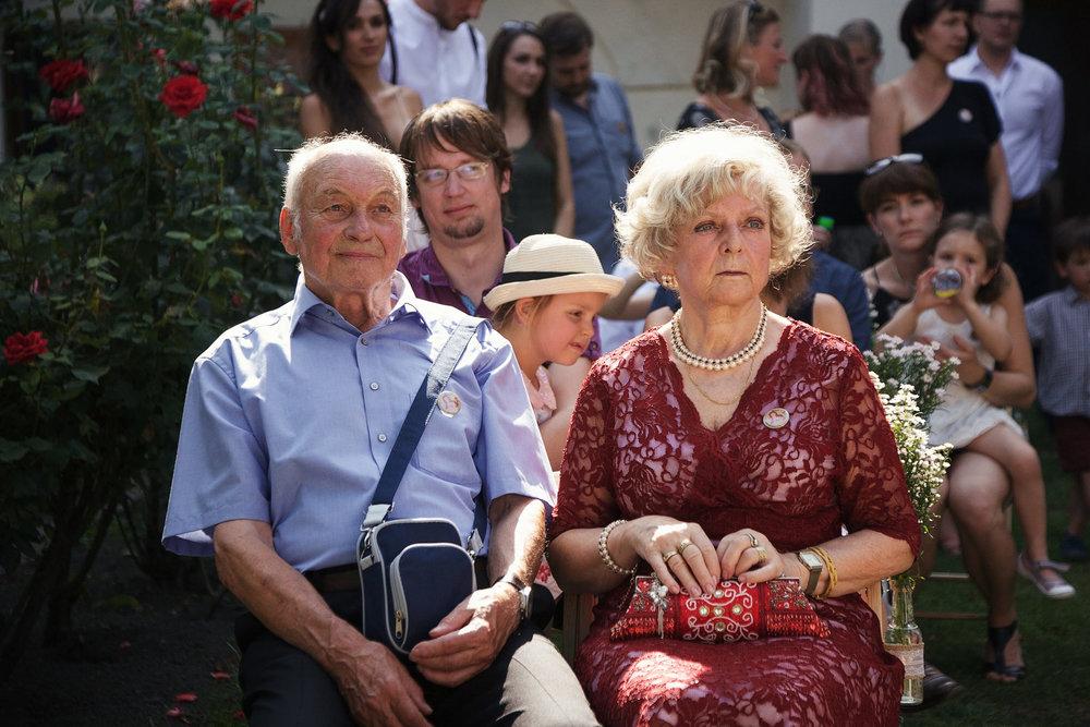svatebni-fotky-ze-svatby-ve-dvorku-pod-petrovem-v-brne012.jpg