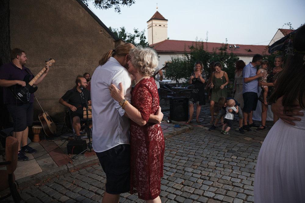 dokumentarni-svatebni-fotografe-dvorek-pod-petrovem-v- brne022.j