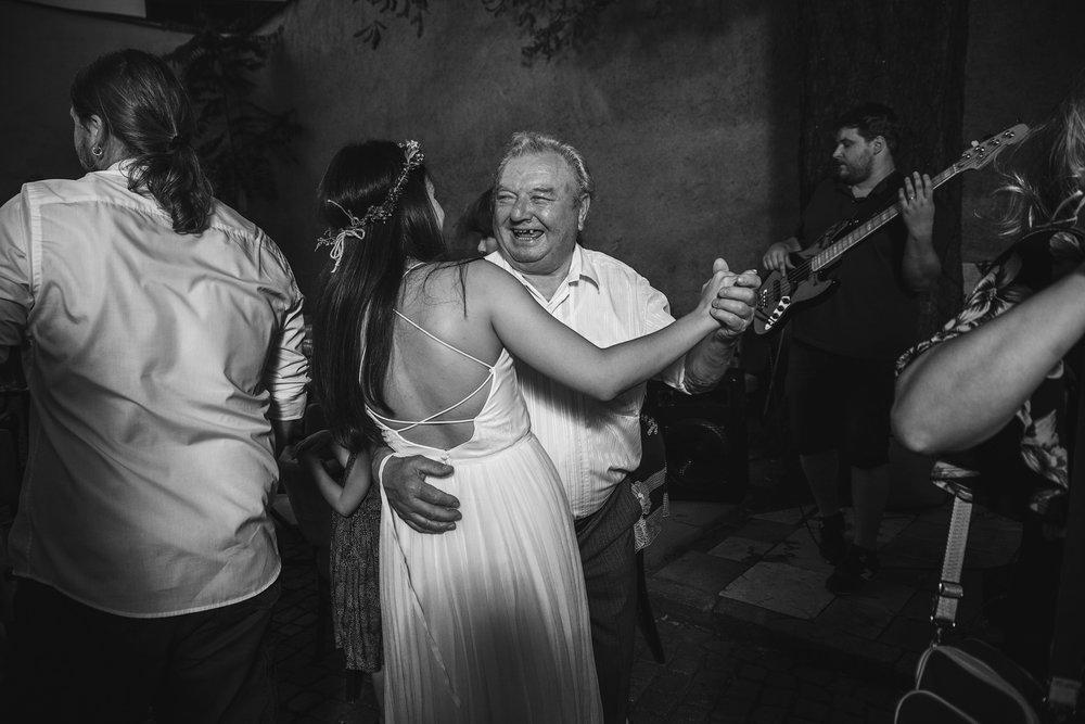 dokumentarni-svatebni-fotografe-dvorek-pod-petrovem-v- brne026.j