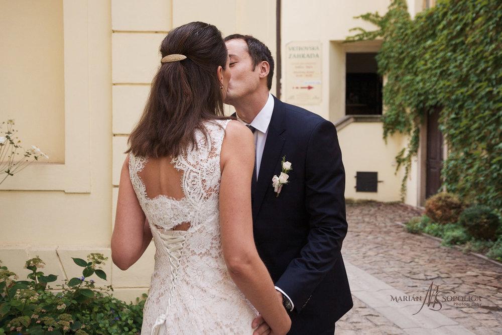 reportazni-fotka-ze-svatby-v-praze-pred-vrtbovskou-zahradou-firs