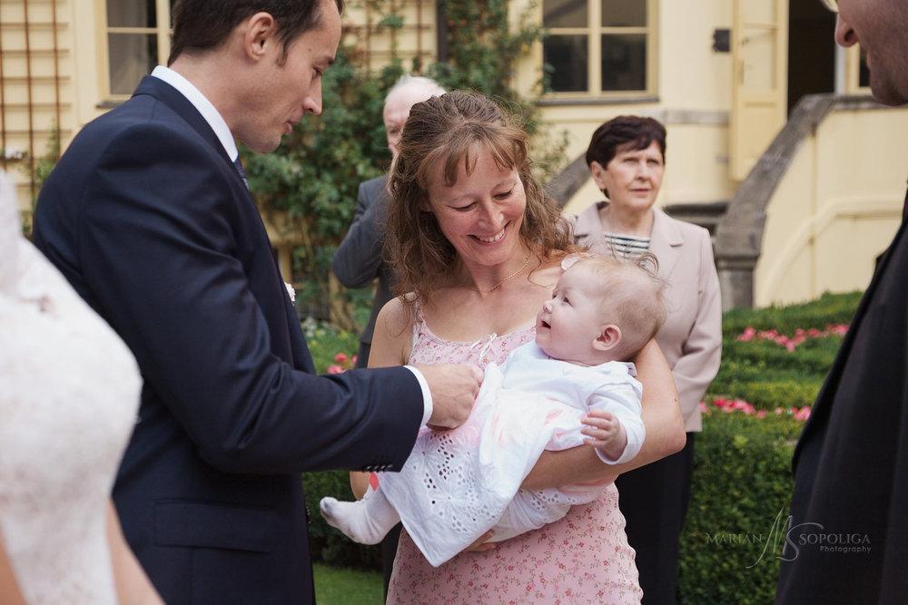 gratulace-svatebcanu-ve-vrtbovske-zahrade-v-praze.jpg
