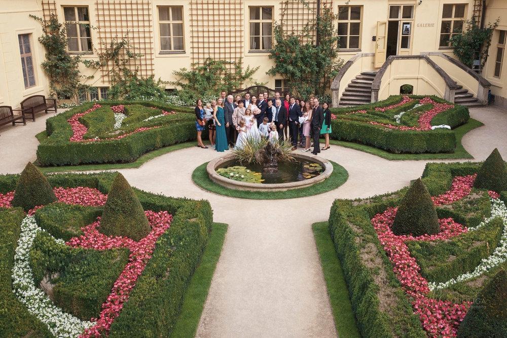 skupinova-fotografie-svatebcanu-ve-vrtbovske-zahrade-v-praze.jpg