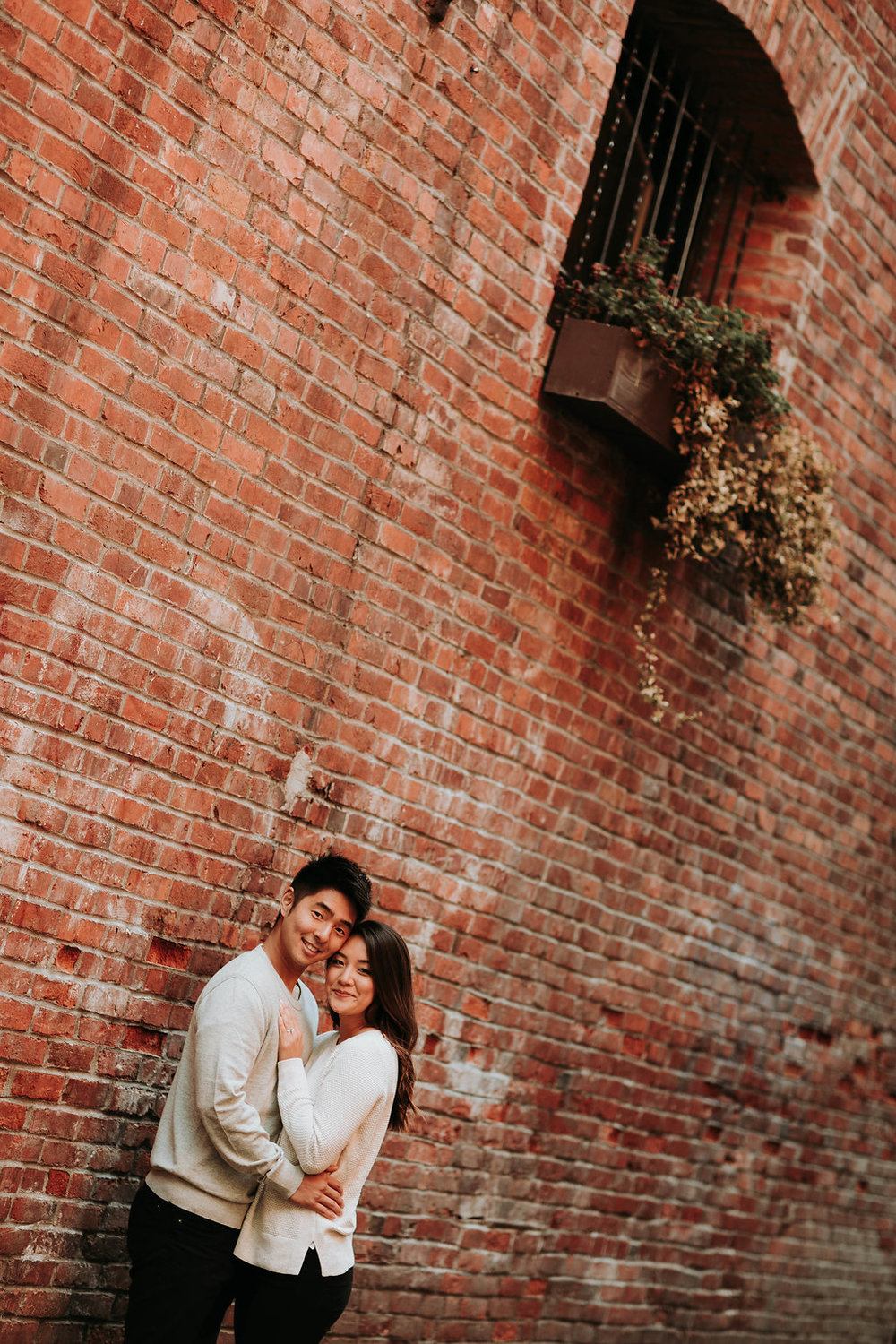 Engagement_photos_in_seattle_Pioneer_Square