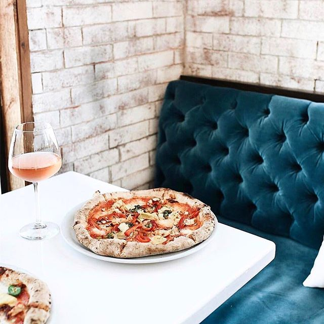 Pizza ✔️ Rose ✔️ The most gorgeous booth ever built ✔️ . Dinner dreams courtesy of @glitterguide