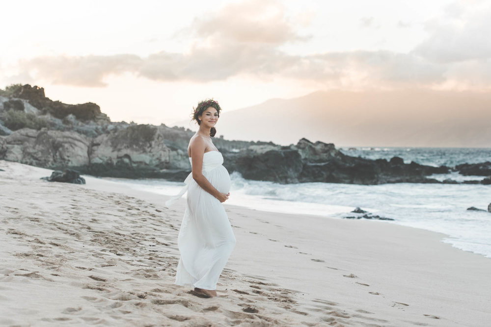 Beach MATERNITY PHOTOS | Oneloa Bay Beach Maternity Photos