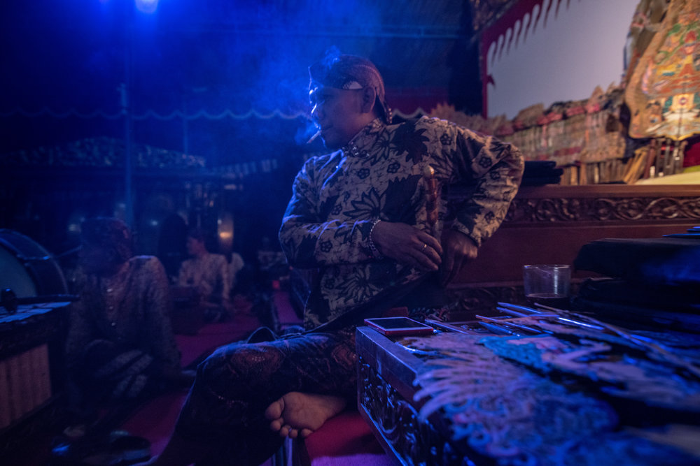 Ki Seno moves his kris (ceremonial dagger) to his back, marking the beginning of the Wayang Kulit performance