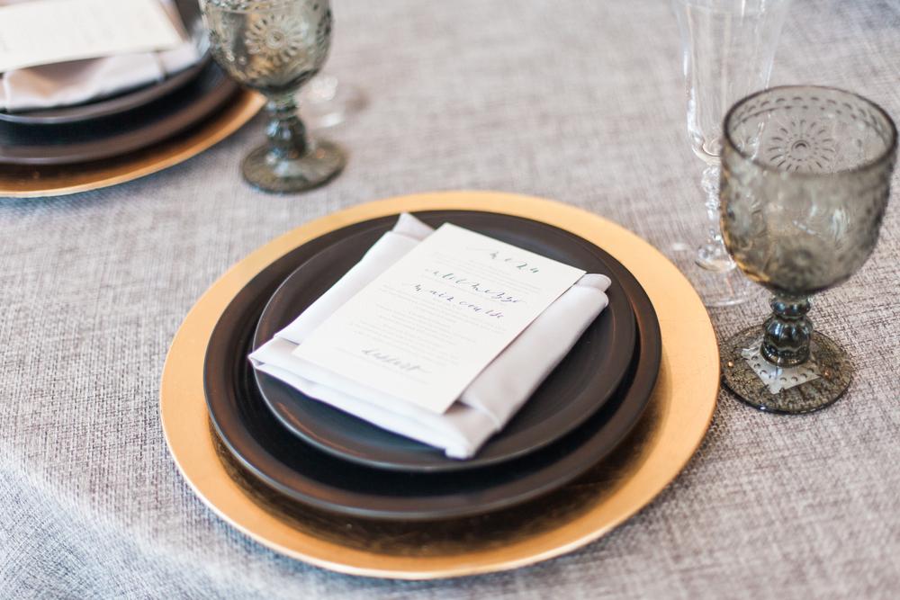 gold charger, grey linen,  mixed metallic wedding