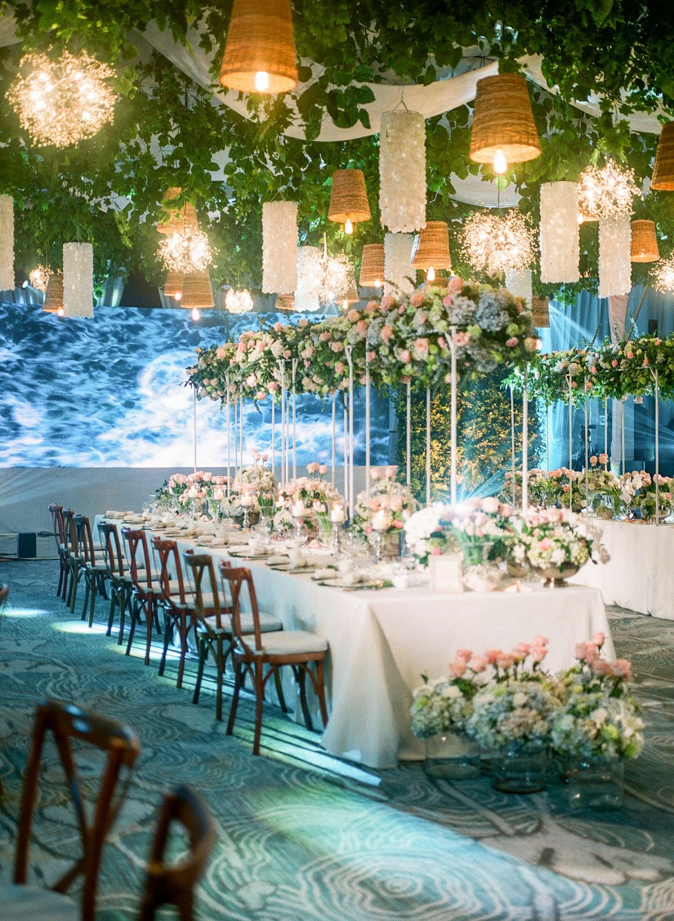 This fresh yet elegant beach formal setup by Dave Sandoval was just perfect, and the visuals of lapping waves took it a notch higher!