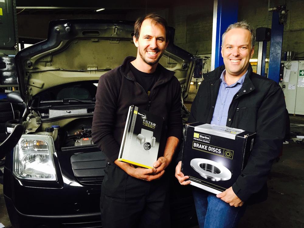 Marcel Stauffer (Garage Stauffer, Luzern) und  Roger Hunziker (RHIAG, rechts)freuen sich über die Starline-Produkte