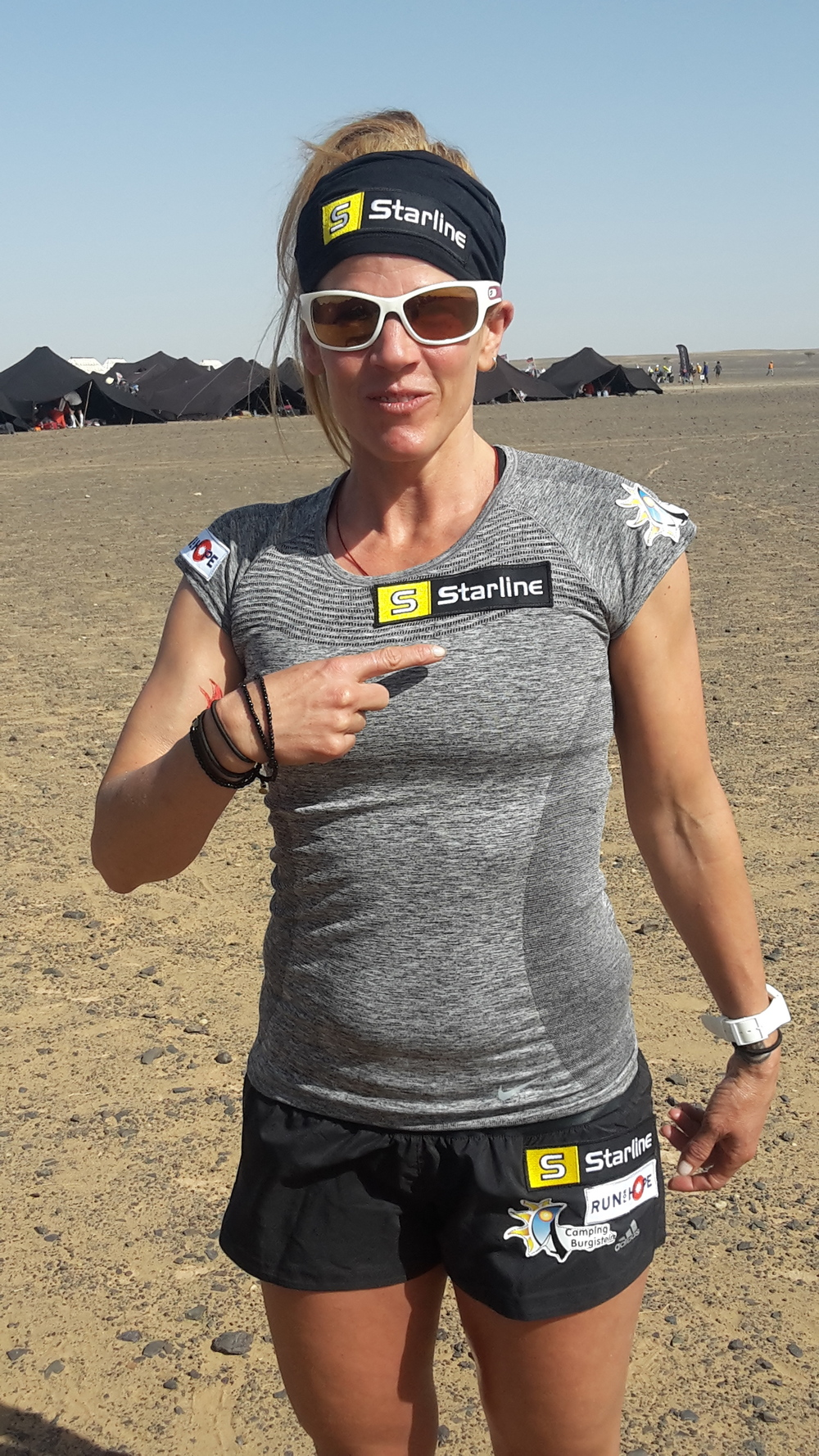 Brigitte Daxelhoffer, 38, bestreitet vom 10.-16. April 2016 die 257 km des Marathon des Sables für 428 Kinder in Nepal. Powered by Starline.  www.run-for-hope.ch
