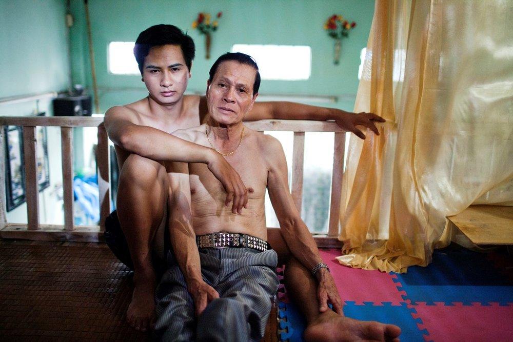 2011年7月12日、ハノイの自宅でくつろぐVu Trong Hung(政府の検査官)とTran Van Tin(社会福祉士)。交際を始めて2年が経つ。
