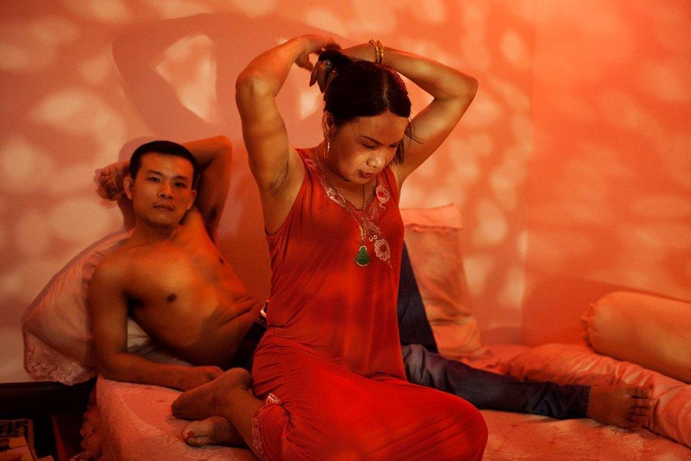 2012年4月4日ハノイ、寝室でニュースを見るNguyen Manh TuanとNguyen Van Thanh。付き合って2年になる。