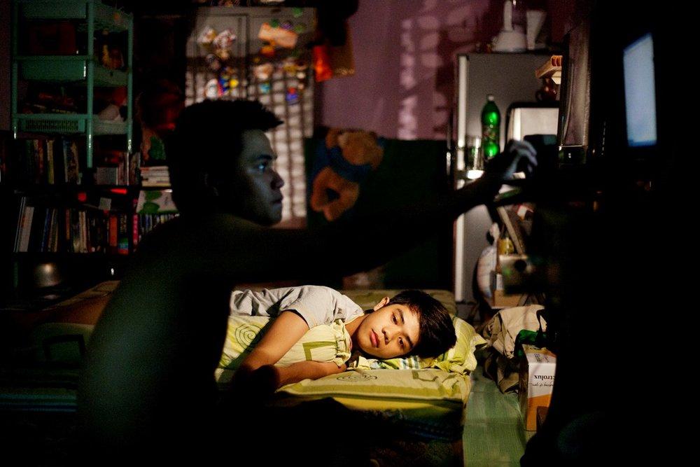 2012年5月28日ホーチミン、寝る前に恋人 Quoc Nganのためにコンピューターで音楽を選曲するVan Hung。ともにオフィスワーカー、付き合って7年になる。