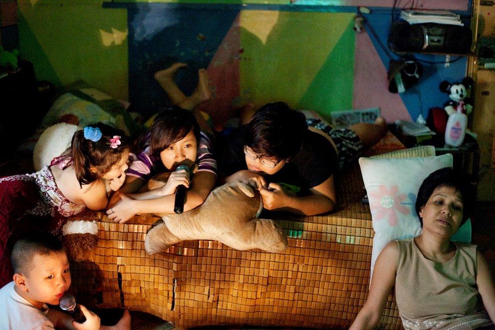 2012年6月3日ホーチミン、昼食後にNhuの家族とカラオケを楽しむQuynh NhuとThanh Thuy。一緒になって3年になる。