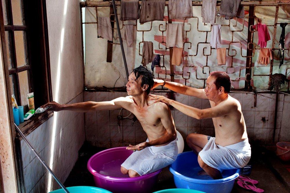 2011年6月28日ハノイ、2人で経営するホテルのテラスでシャワーを浴びるTrinh Quang HieuとVu Toan Thang。交際して8年になる。