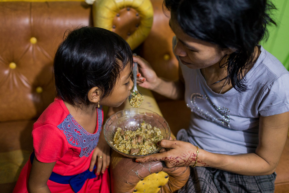 Ibu Ratna eats dinner with Amel.