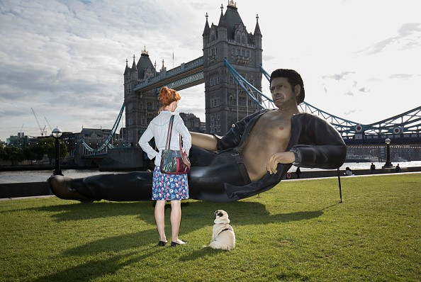 -62170003800_25-foot-statue-jeff-goldblum-london.jpg